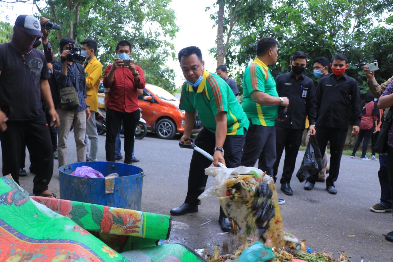 Sekdako Bersama BEM Unilak Angkut Tumpukan Sampah ke TPS